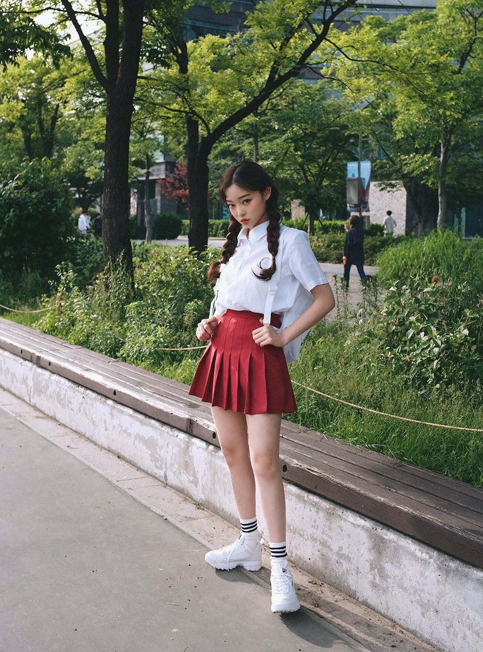 I Love Her Red Tennis Skirt And She Wears It So Well Tennis Skirt Outfit Red Skirt Outfits Pleated Mini Skirt Outfit