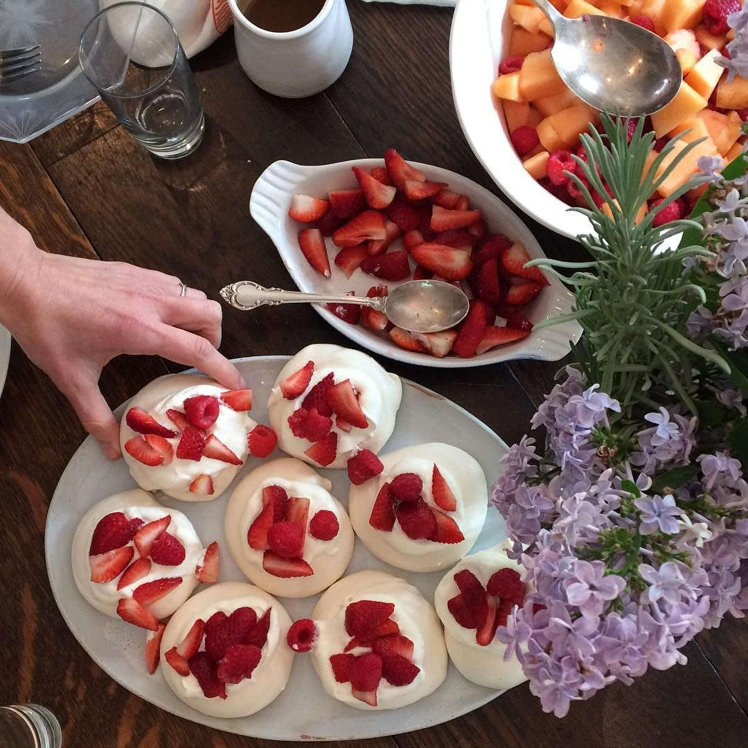 """Allowed myself a few of these yummy pavlovas by @winslowkate  because according to my handmade card I """"DE BEST""""."""