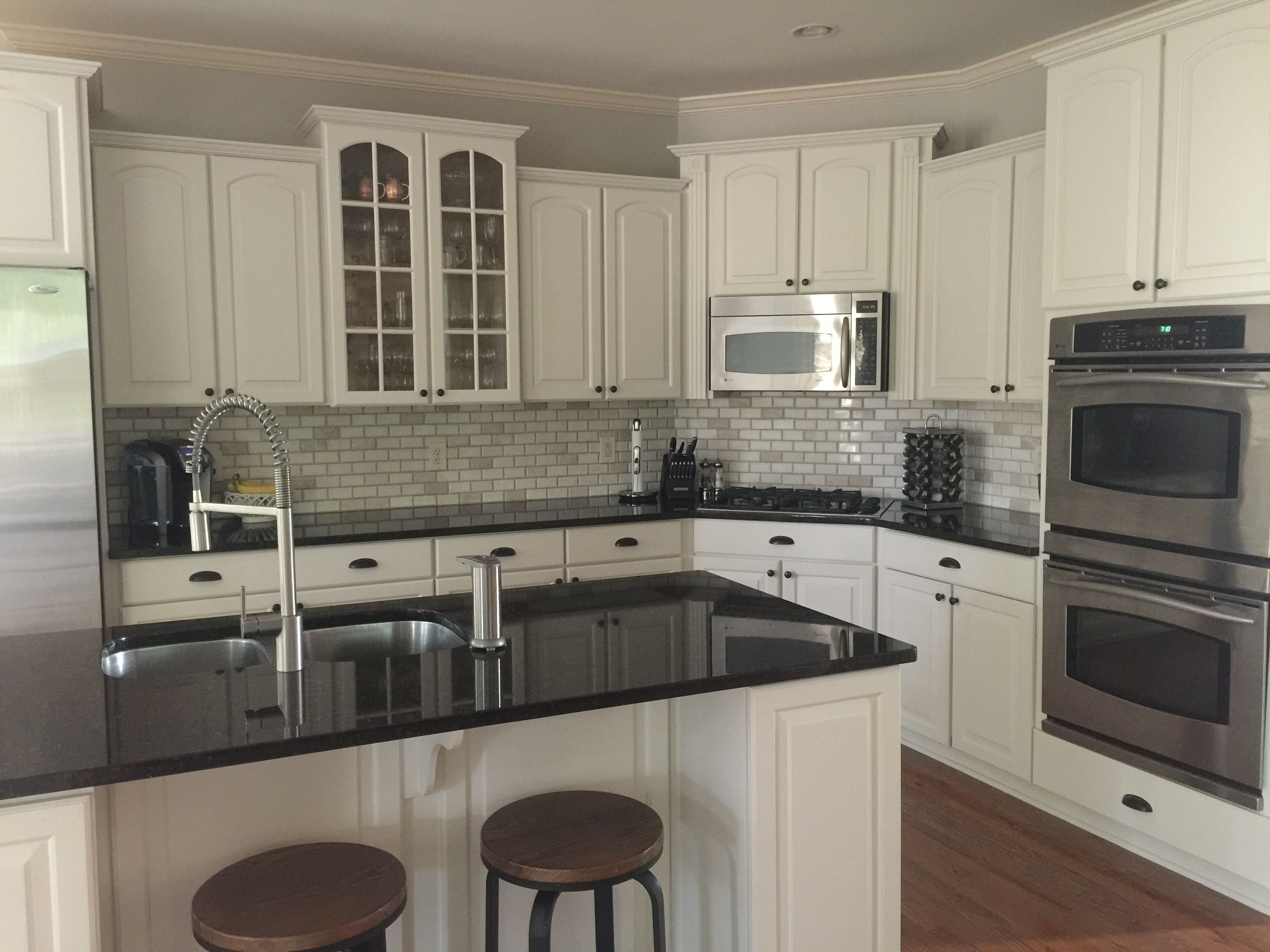 Light And Bright Kitchen White Cabinets Black Countertops Granite Countertops Kitchen White Cabinets With Granite