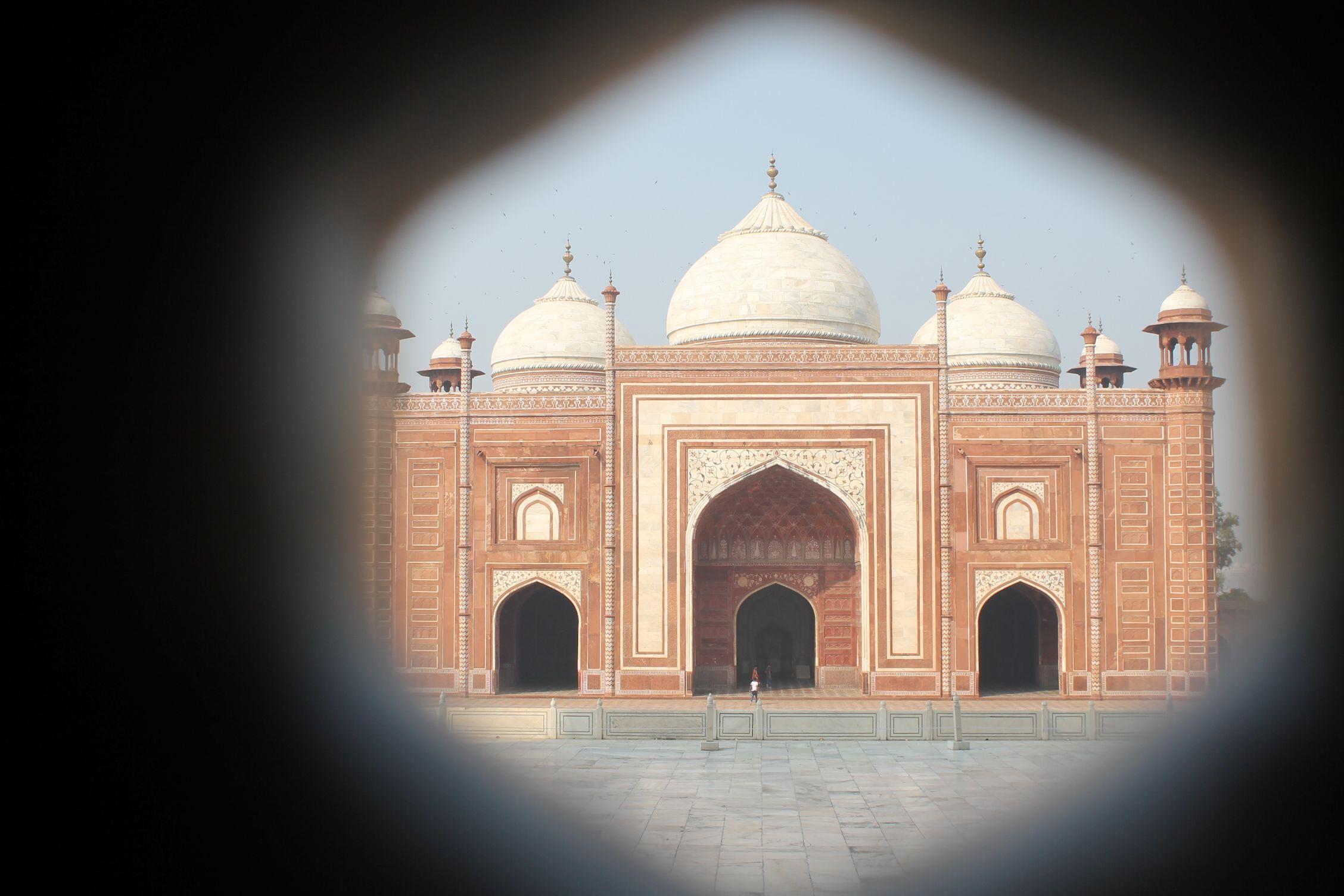 Mezquita vista desde el sepulcro del Taj Mahal
