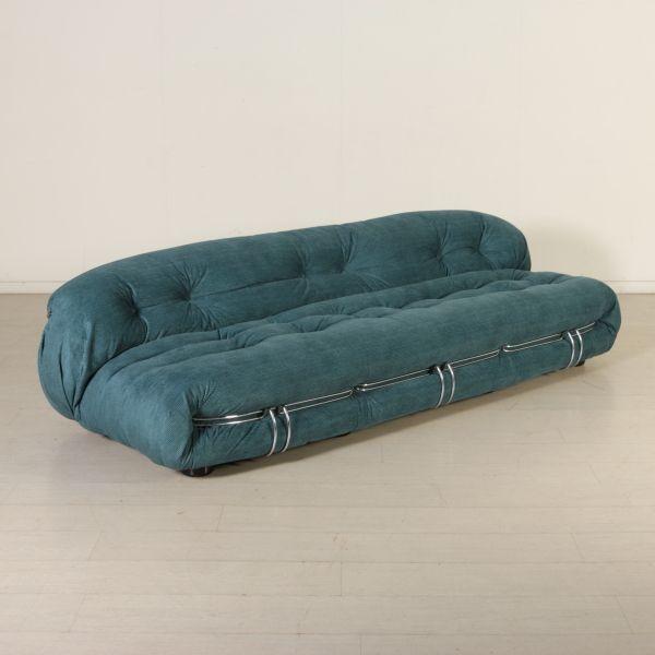 Grande divano a 4 posti; imbottitura in espanso