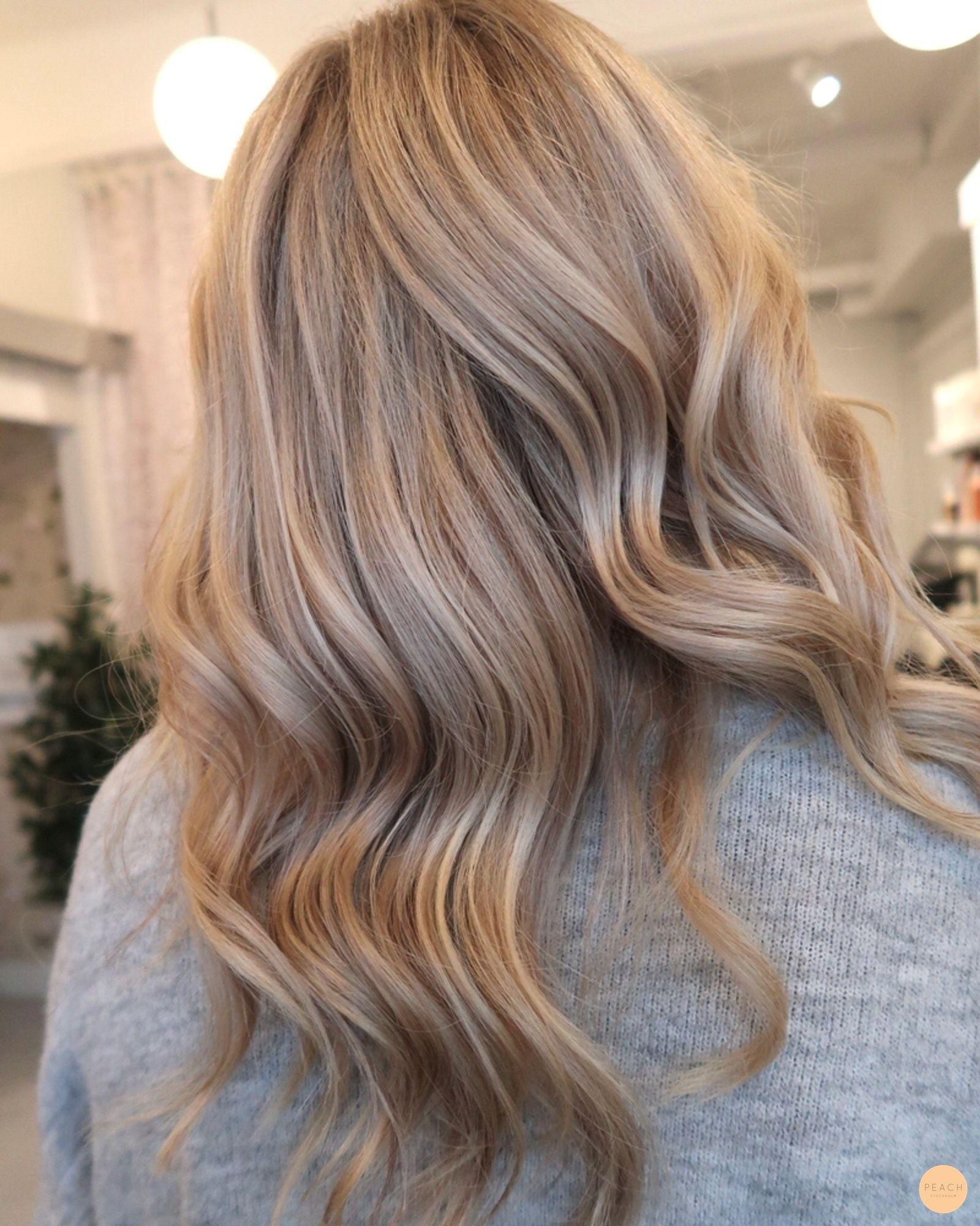 Naturlig blond med lyxigare hårfärg med slingor i cendré, mörkblond och beigeblond