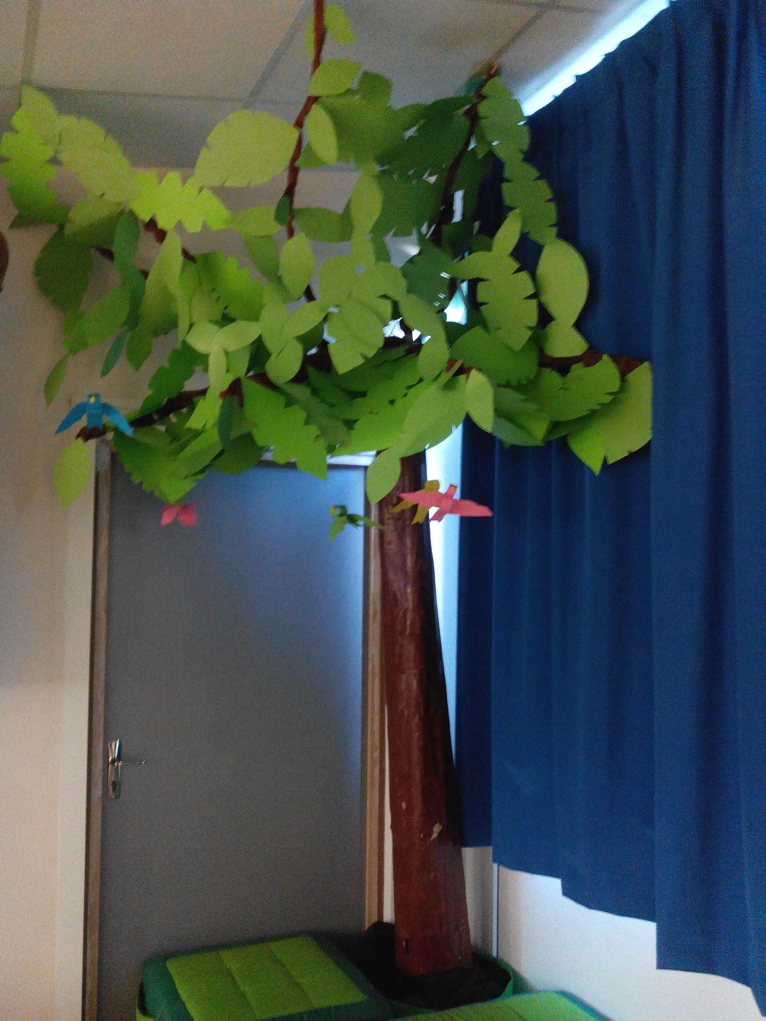 Un arbre est n tube de carton journaux un vieux - Arbre de noel en carton ...