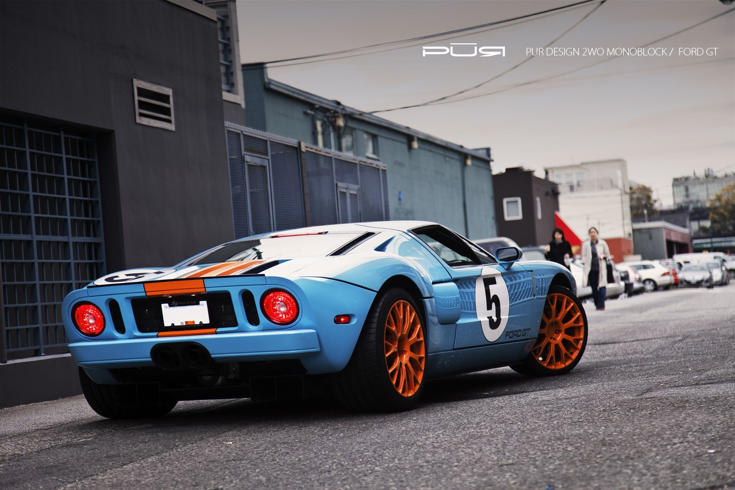 2005 Ford Gt With The Iconic Gt40 Paint Scheme Ford Gt Car Old Muscle Cars