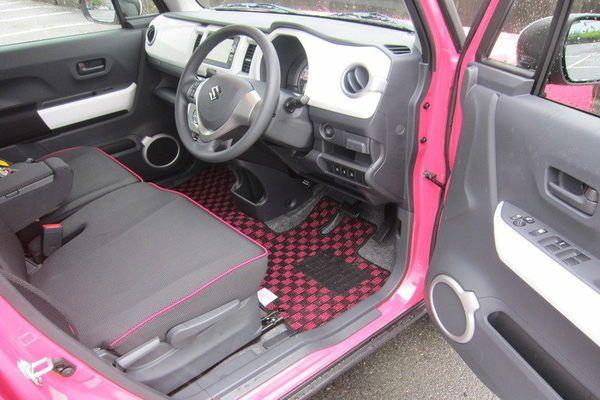 フロアマット 装着画像 ハスラー チェックシリーズ ブラック ピンク お客様からご提供いただきました装着画像になります 車種 ハスラー ピンクツートン 型式 mr31s 生地カラー チェックシリーズ ブラック ピンク ペンネーム わいや 様 感想 納車前に予め