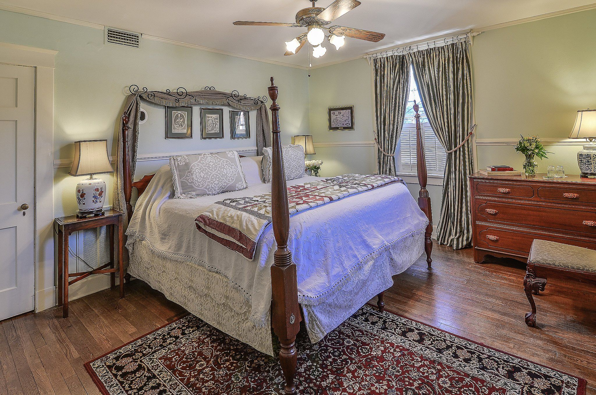Tour the Property Bed and breakfast, Williamsburg, Cedar