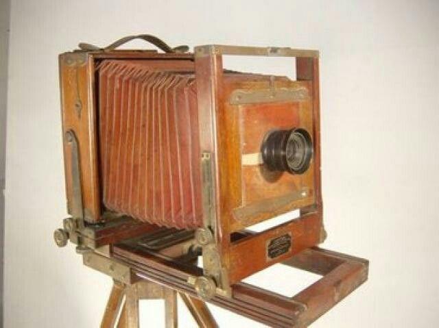 El primer daguerrotipo comercial del mundo, el precedente de las modernas cámaras de fotografía. Fue creada en 1839 siguiendo el diseño de Louis Daguerre por su cuñado Alphonse Giroux