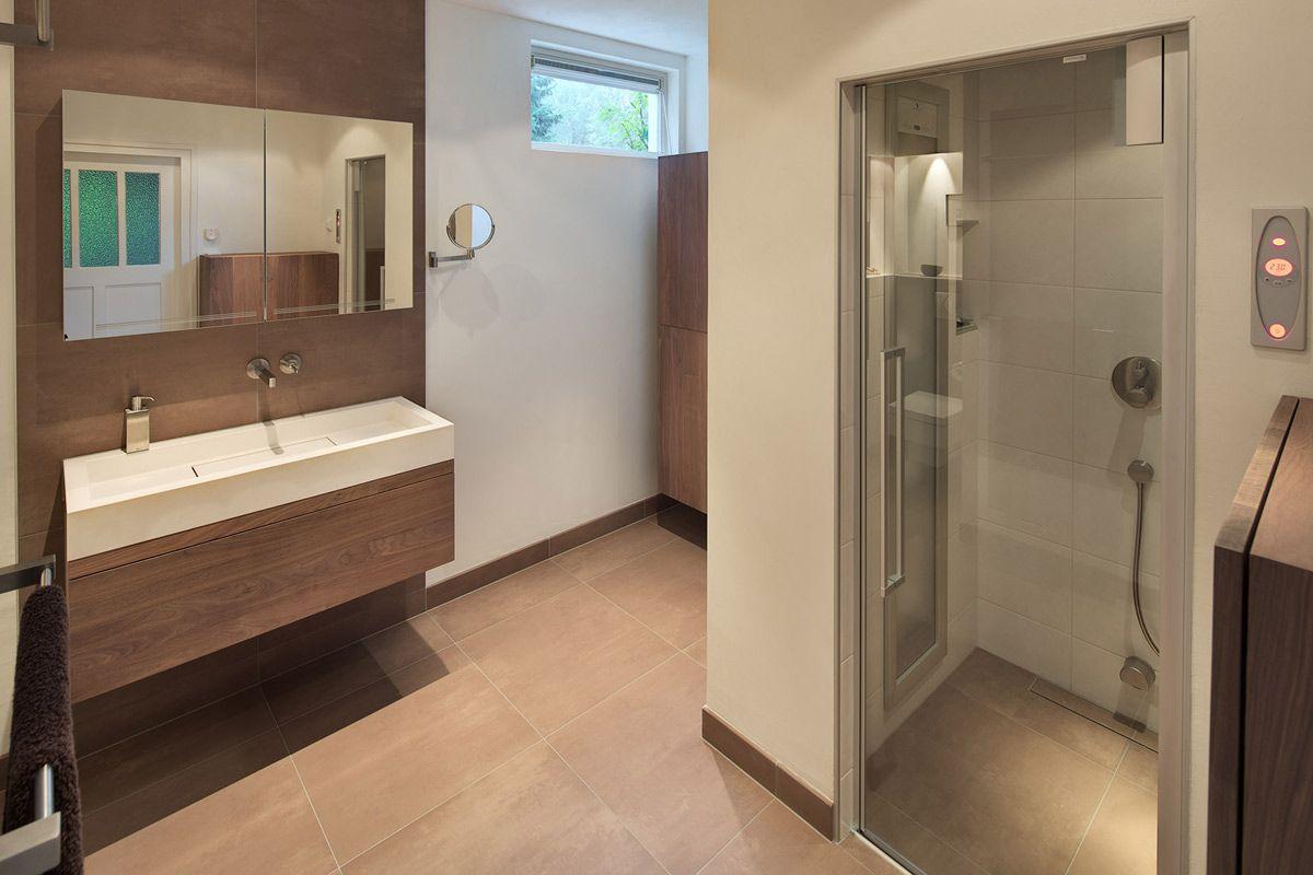deze warme en luxe badkamer is ingericht met badkamermeubels van