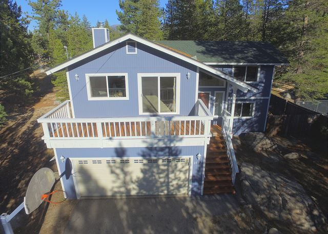 Overview of the beautifully blue 3BR/2BA Blitzen Bliss