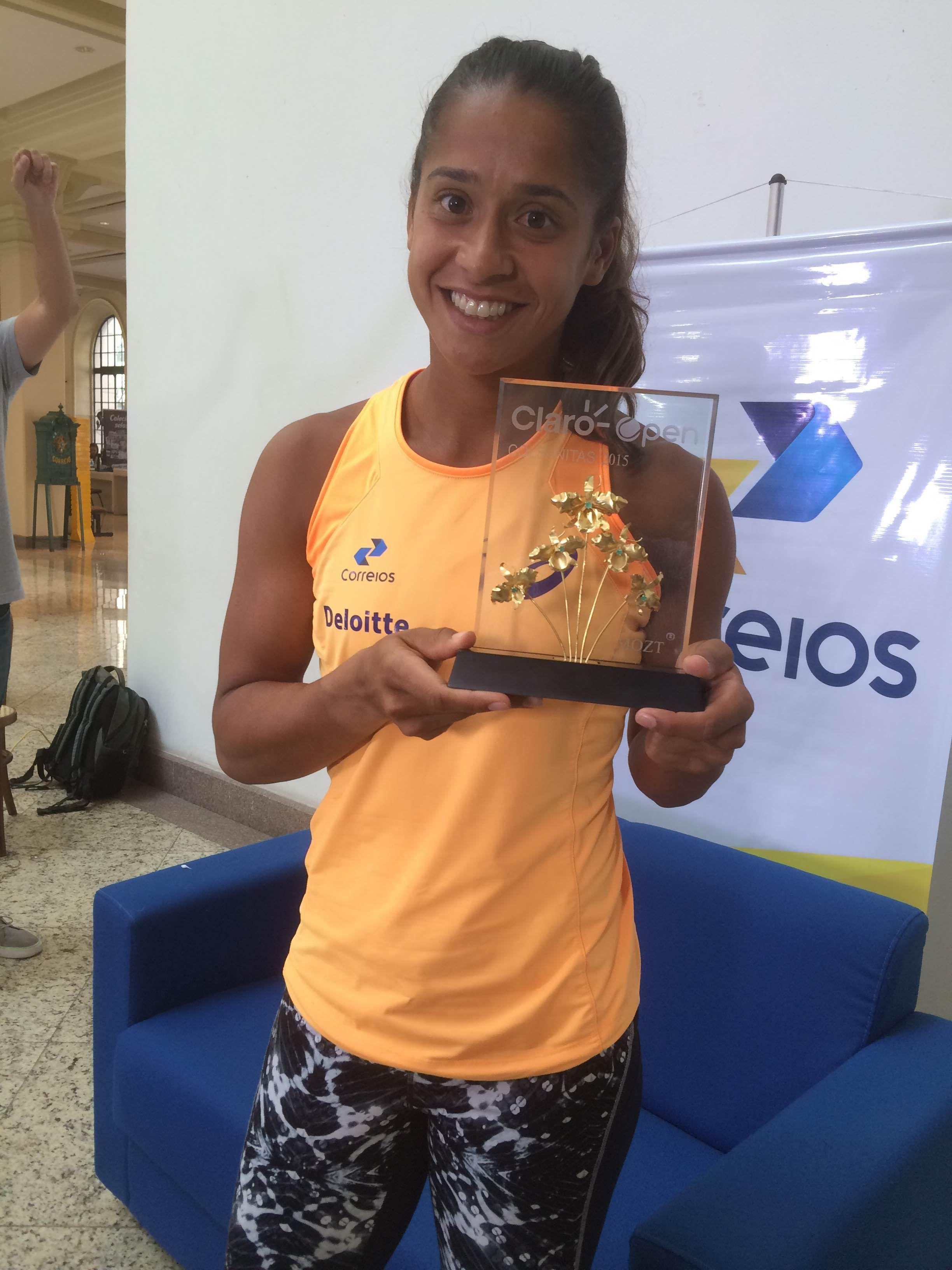 """Na volta ao Brasil, Teliana não para de celebrar título: """"Realizei meu sonho"""" #globoesporte"""
