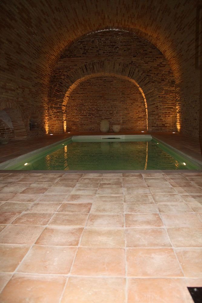 Piscina interna con pavimento in cotto piscinas pavimenti in cotto pavimenti in legno e - Piscina interna casa ...