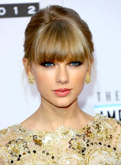 b48762fe429d59 Taylor Swift is always glamming with her bright blue eyes and full straight  bangs. Pull your hair back and let your bangs fall for this sophisticated  and ...