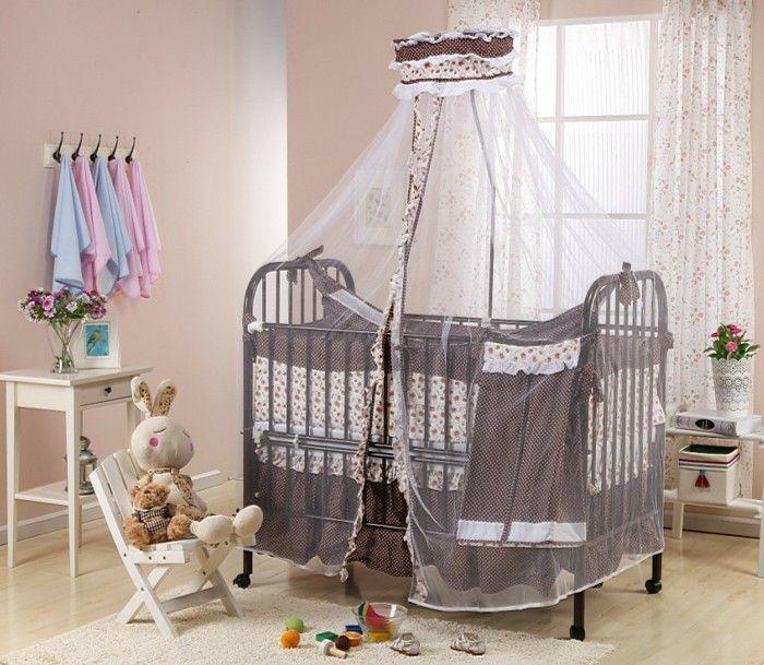 babyzimmer f r m dchen und jungen braunes himmelbett kuscheltier hase auf stuhl holzm bel. Black Bedroom Furniture Sets. Home Design Ideas