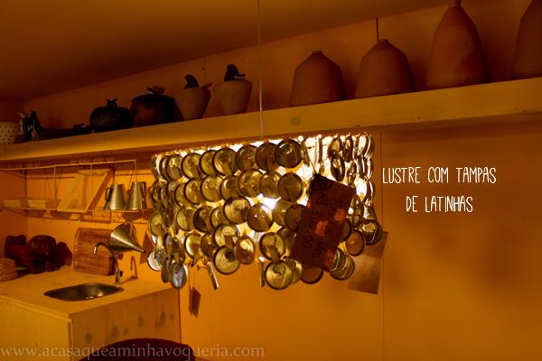 Fenearte2013 -  Uso de tampinhas de garrafas para composição de luminária artesanal. Artesanato brasileiro.