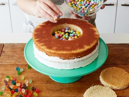 Photo of There's nothing that makes a party quite like a cake filled with candy — and i…