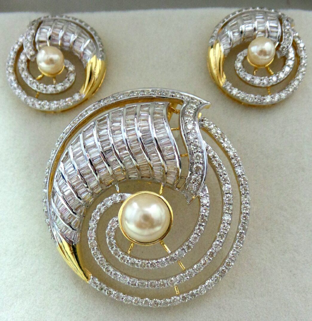 Dazzling pendant set studded with elegantly set tapers u round
