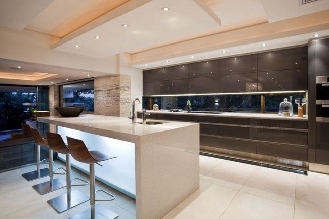küchendesign modern hochglanz braun holz barhocker weiße kochinsel