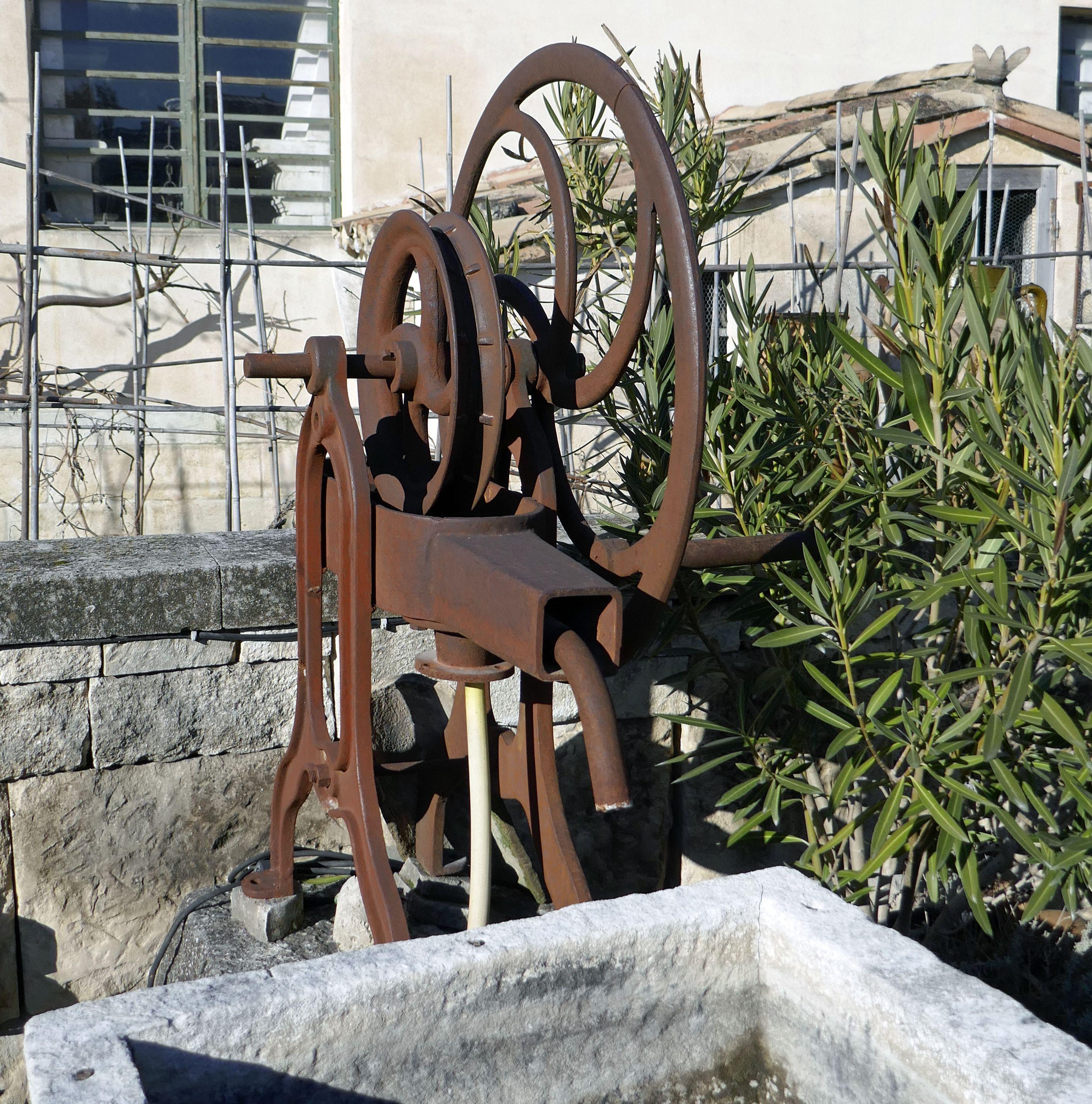 Cette Ancienne Pompe A Chapelet En Fonte Est Dotee D Une Roue Et D