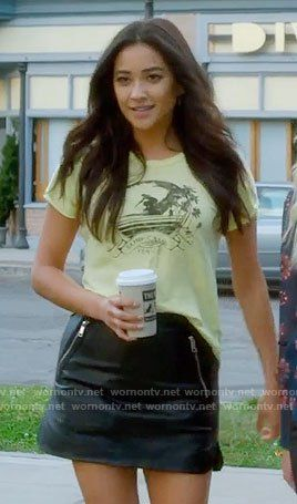 c8f2836bb73 Emily s yellow graphic tee and leather skirt on Pretty Little Liars. Outfit  Details  https