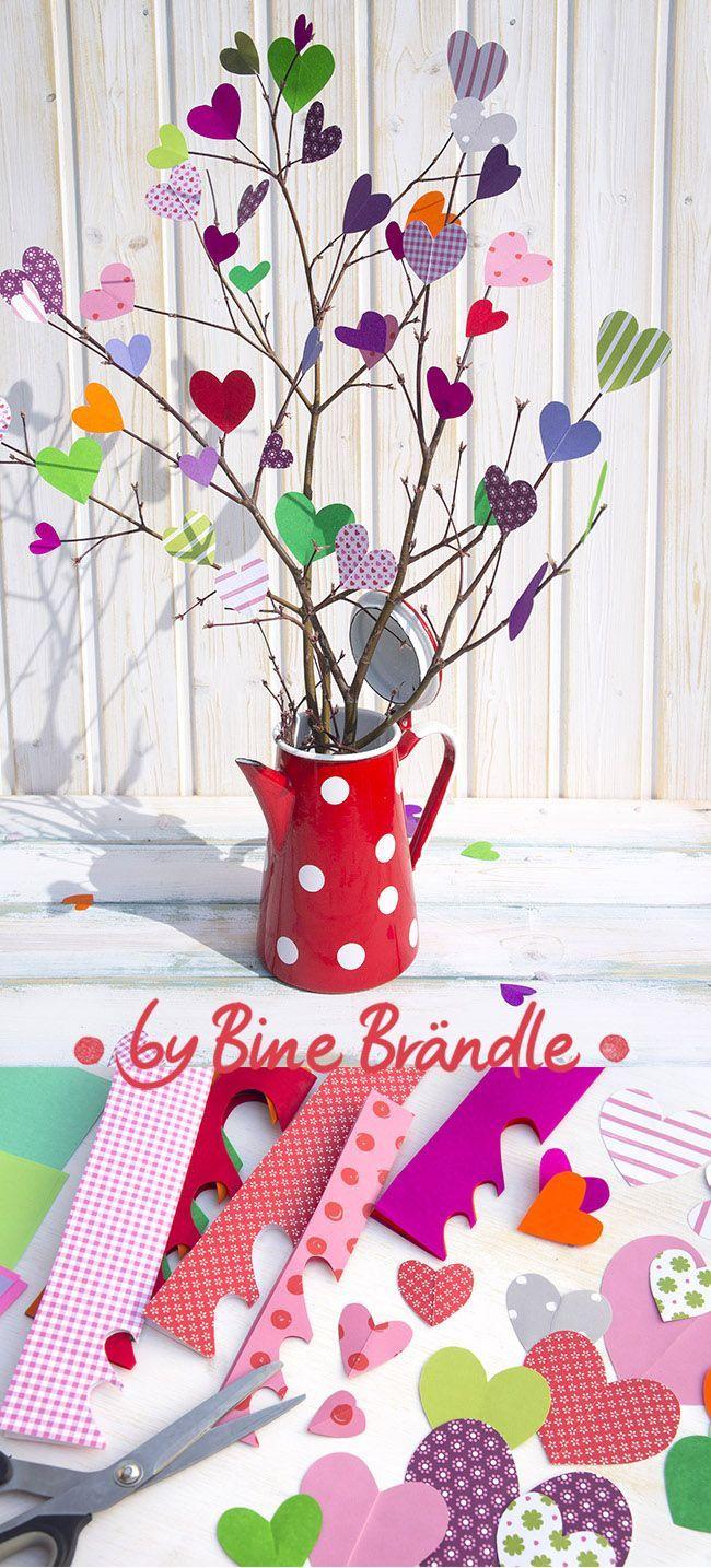 Luftiger Strauß aus bunten Papierherzen. Eine zauberhafte Idee zum Muttertag. Eine originelle Wohnungs-Deko oder Geschenk im Frühling. Idee und Foto aus dem Buch: Mein buntes Jahr von Bine Brändle (Frechverlag) #potteryideas