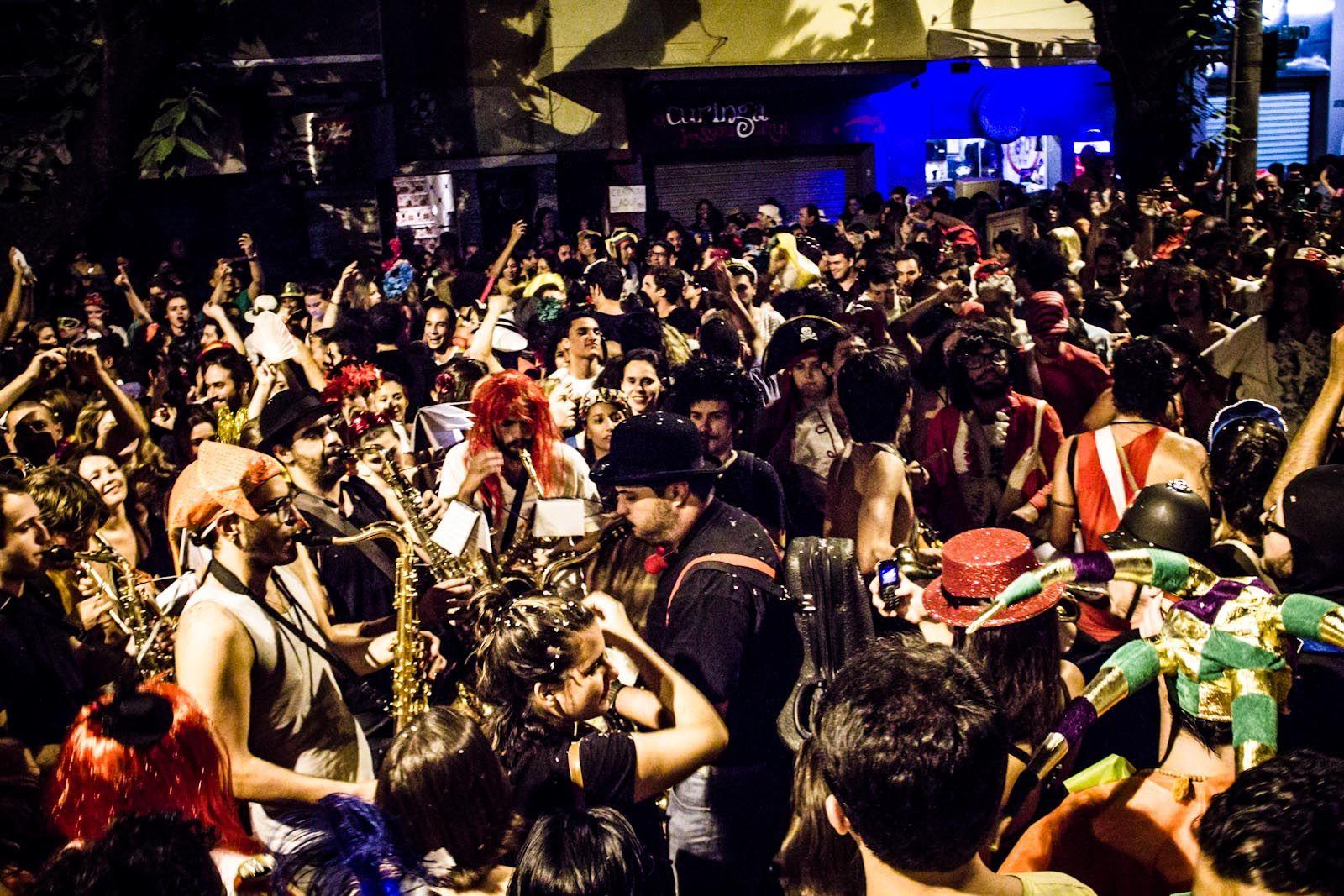 https://flic.kr/p/dTnCT3 | Bloco do Beijo Elétrico • Belo Horizonte | Bloco do Beijo Elétrico desfila na Praça da Savassi em Belo Horizonte.   08/02/2013  (CC BY-SA) Fora do Eixo