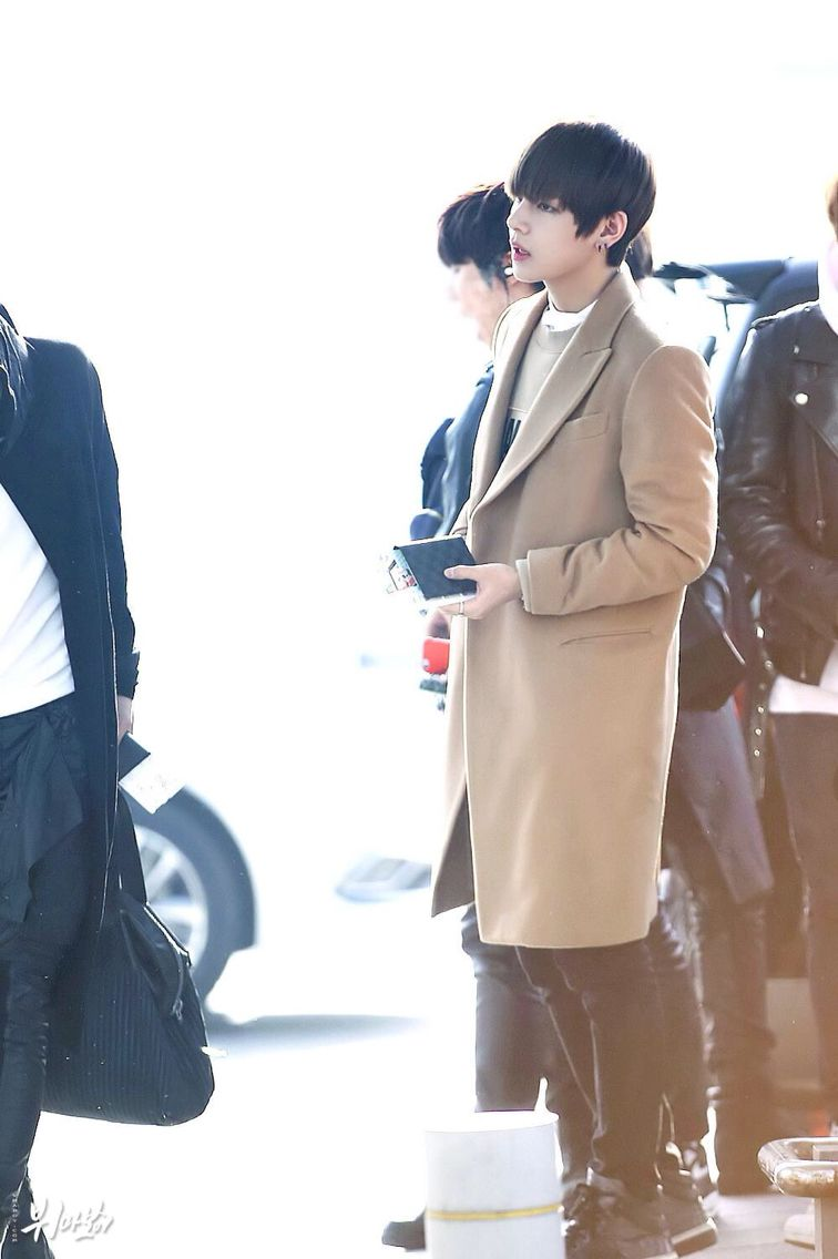 Taehyung v  Bts bangtan boys airport fashion