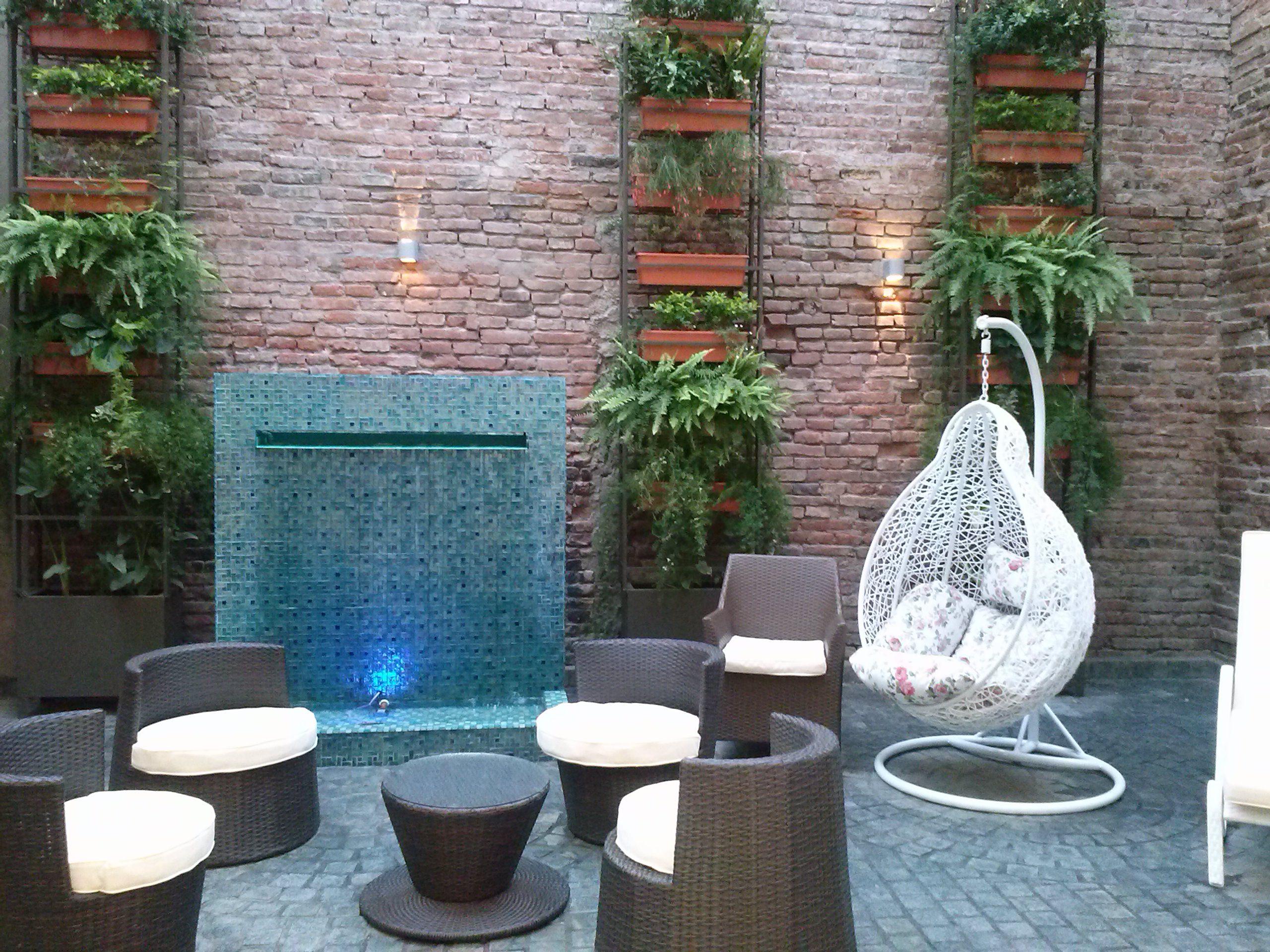 Patio conserva paredes originales piso en adoquin de laja jardin vertical debido al espacio - Jardines con adoquin ...