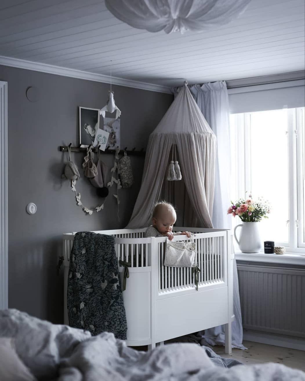 """Viktoria Holmgrens favoriter on Instagram: """"Sköna färger i barnrummet hos @emsloo och jag älskar stylingen av knoppbrädan! �"""""""