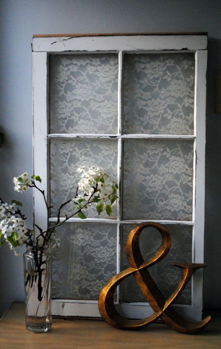 weißes Fensterrahmen auf der Rückseite mit Spitze Verzieren | Tür ...