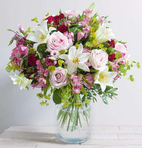 zo bouquet romantique de fleurs vari es avec lys et roses aux teintes rose rouge et blanche. Black Bedroom Furniture Sets. Home Design Ideas