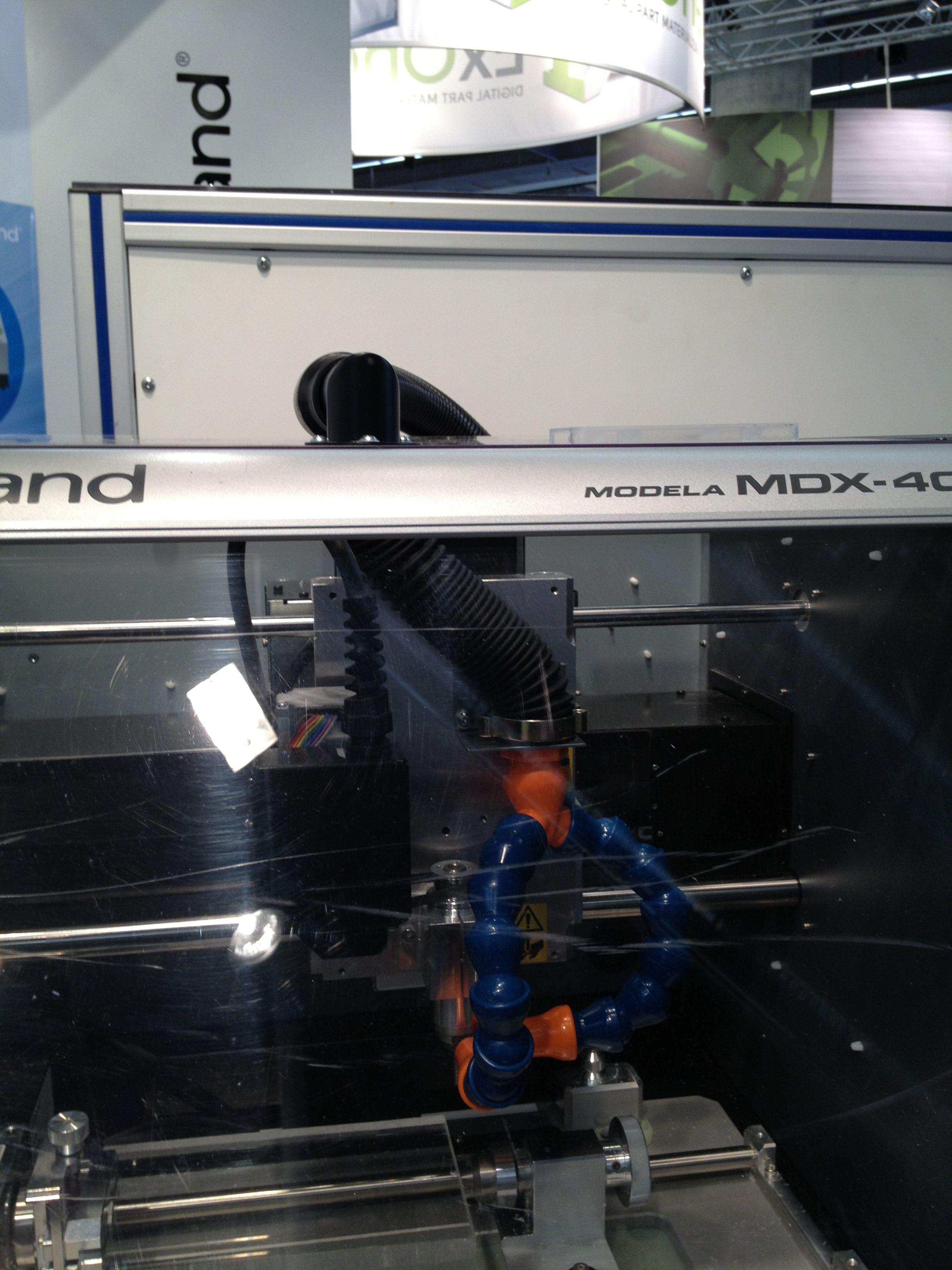 Roland MDX-40A CNC-jyrsinkoneen katosta läpi viety imuriletku Frankfurtissa EuroMold messuilla marraskuussa 2012.