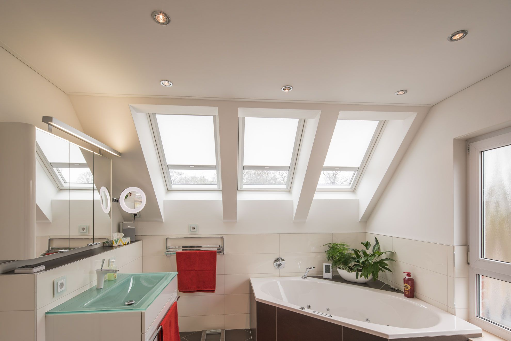 Badezimmerdeckenbeleuchtung Im Bad Mit Vielen Fenstern Badezimmerdeckenbeleuchtung Decke Beleuchtung Badezimm Badkamer Plafonds Plafondverlichting Badkamer