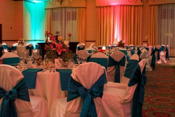 the splashes of color on the walls, the bright napkins and the soft drapes really makes a statement!