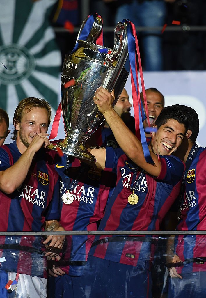 BERLIN, GERMANY - JUNE 06:  Luis Suarez of Barcelona lifts the trophy as he celebrates victory with team mates after the UEFA Champions League Final between Juventus and FC Barcelona at Olympiastadion on June 6, 2015 in Berlin, Germany.  (Photo by Shaun Botterill/Getty Images)