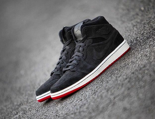 Un tout nouveau coloris de la Air Jordan 1 Mid Nouveau vient de faire son  apparition, le coloris basique Black-Red. La Air Jordan 1 Mid Nouveau Black  Red ...