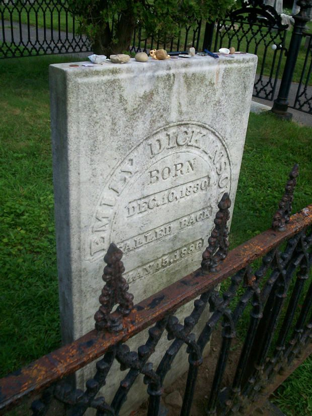 The Very Particular Details Of Emily Dickinson S Funeral Emily Dickinson Famous Tombstones Famous Graves