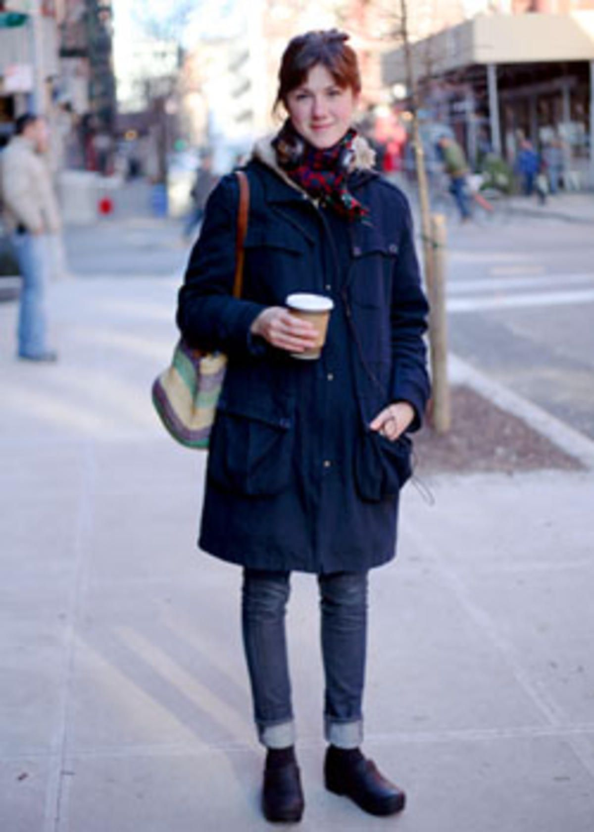 super popolare 0ed84 e9412 A good winter #traveloutfit with Dansko clogs. Street Style: Kate ...