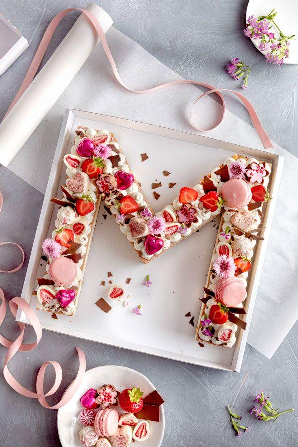 Letter Cake   einfach, hübsch und voll im Trend! is part of Cake lettering - Auf der Trendskala ist dieser hübsche Kuchen im Moment ganz oben  Das ist auch kein Wunder, er sieht schließlich gut aus, kann zu den verschiedensten Anlässen serviert werden und ist ganz einfach zuzubereiten  Unser Letter Cake ist im Nu fertig  Seht selbst