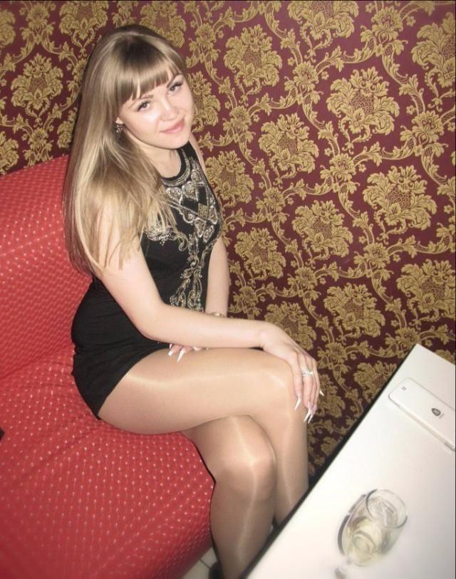 Девчонки в мини юбках на лестнице — photo 8