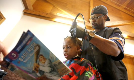 A Lil Positivity Iowa Barber Gives Free Haircuts To Kids Who Do This While He Trims Their Hair Free Haircut Kids Reading Barber