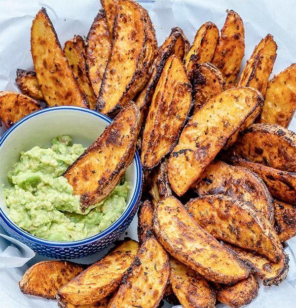 Knusprige Kartoffelecken mit herzhafter Guacamole [Rezept]