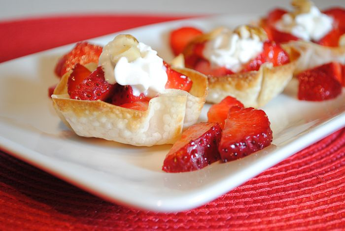 Super Easy Dessert - Wonton Cups Filled with Strawberries and Cream #healthyrecipes #strawberries #healthydesserts