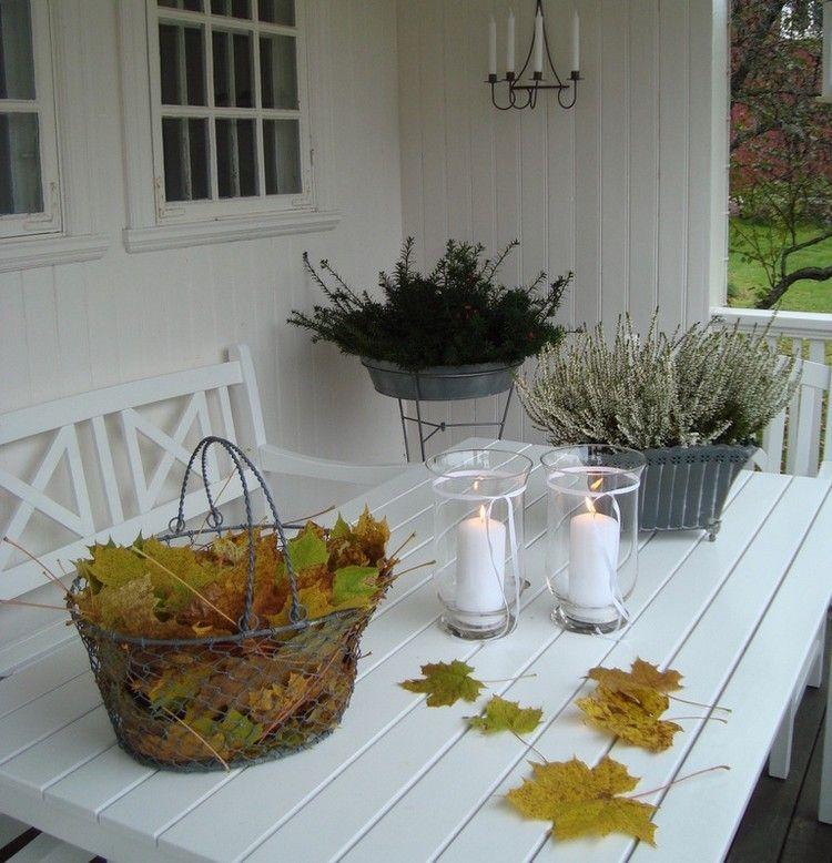 veranda herbstlich dekoriert mit herbstlaub windlichtern. Black Bedroom Furniture Sets. Home Design Ideas