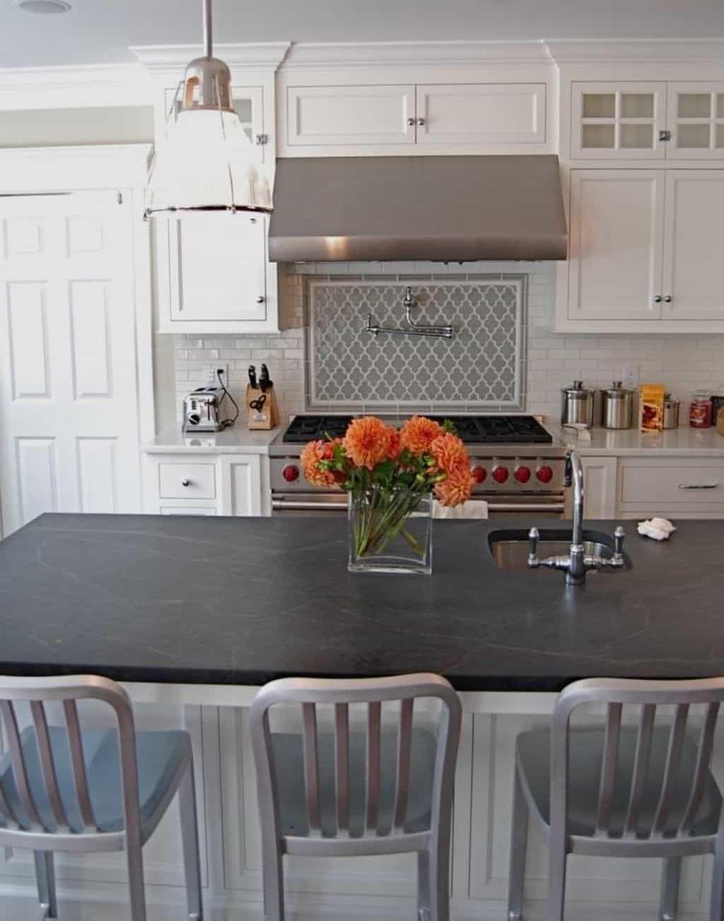 Installation Speckstein Arbeitsplatten In Ihrer Kuche Pick Up Ein Stein Aus Der Gegend Und Setzen Kleber Schieferkuche
