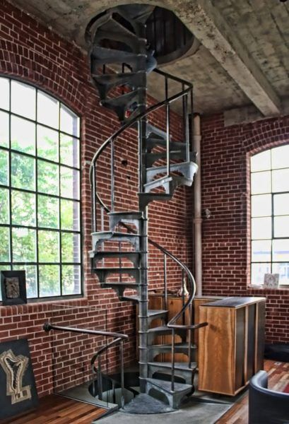 escaliers m talliques en colima on style industriel murs de briques loft dans une usine. Black Bedroom Furniture Sets. Home Design Ideas