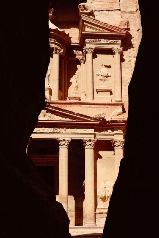 No final do desfiladeiro, uma surpresa... Visitamos o local em apenas um dia, embaixo de um sol de rachar. Para chegar na cidade, é preciso cruzar o desfiladeiro Siq que possui mais de 1km de comprimento e chega, em alguns trechos, a 80m de altura. Chegando-se ao final desse desfiladeiro, nos deparamos com o monumento mais bem preservado da cidade, o edifício da Câmara do Tesouro esculpido na face de um penhasco de uns 40 metros de altitude.