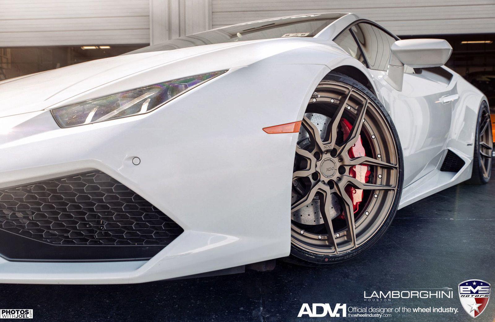 Branco Lamborghini Huracan em Matte Bronze ADV.1 Wheels lado da frente fechar-se
