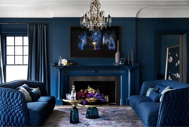 Tendance déco salon le bleu marine profond en tant que peinture murale et couleur de
