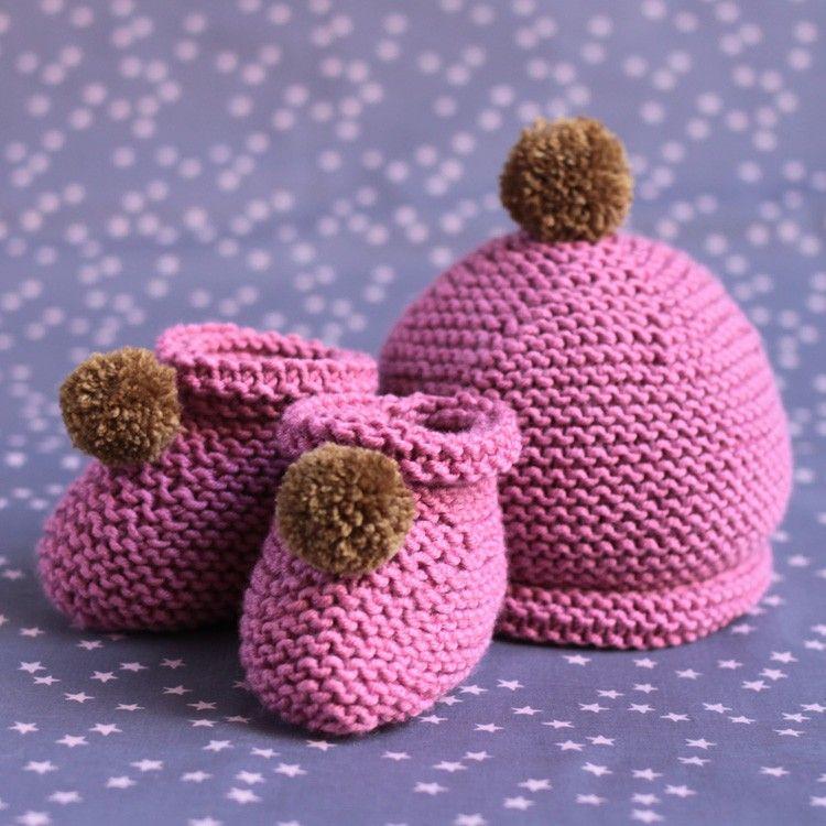 Chaussons et bonnet à pompons pour bébé en laine mérinos extra fine vieux rose. Taille 3 mois.