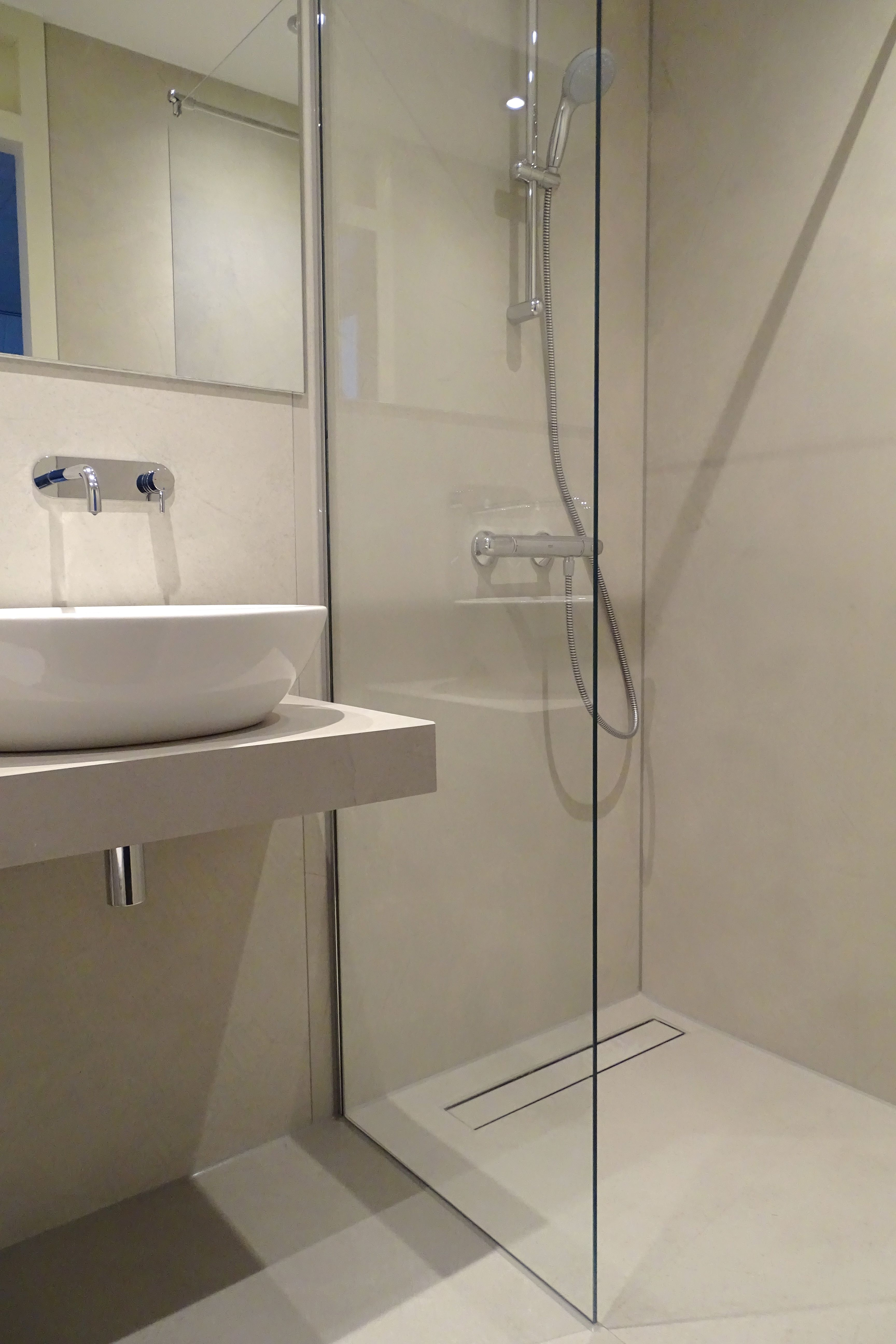 Asselux hotelproject   Badkamer met keramische vloer- en ...